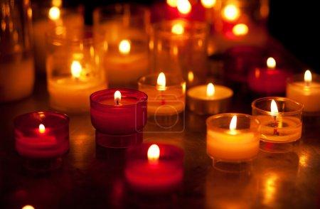 Photo pour Église de bougies dans des lustres transparents rouges et jaunes - image libre de droit