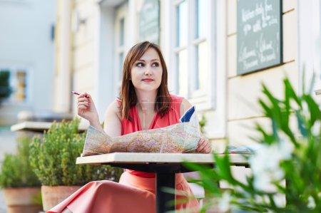 Photo pour Belle jeune femme dans un café en plein air à Vienne, Autriche - image libre de droit