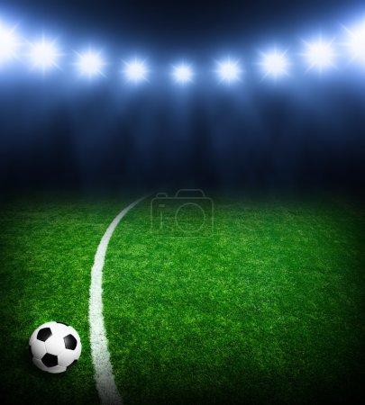 Photo pour Balle de football sur le stade vert, arène dans la nuit éclairée projecteurs lumineux - image libre de droit