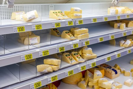 Photo pour SAMARA, RUSSIA - AUGUST 30, 2014: Sale of cheese in the hypermarket Auchan Samara Store. French distribution network Auchan unites more than 1300 shops - image libre de droit