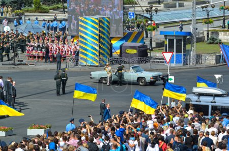 Photo pour Kiev, Ukraine - August 24, 2014: Independence Day of Ukraine. Military parade on the Independence square. Armed Forces of Ukraine in the street Khreschatyk in Kyiv (Maidan Nezalezhnosti). - image libre de droit