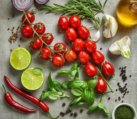 verschiedene Gemüsesorten, Kräuter und Gewürze