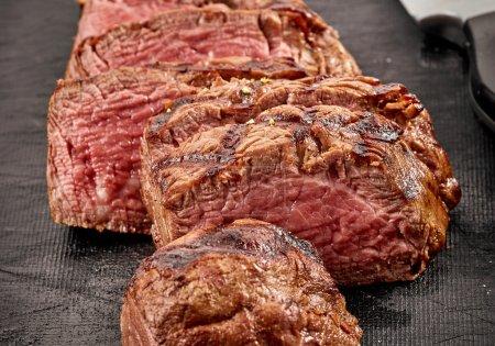 Photo pour Gros plan de steak de filet de bœuf tranché grillé - image libre de droit