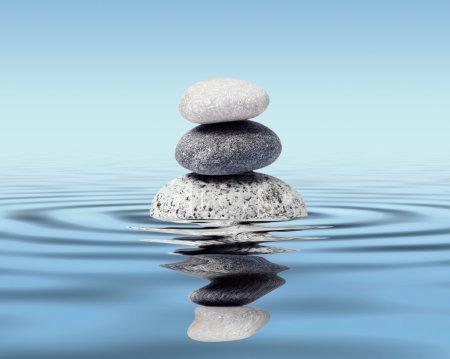Photo pour Pierres de zen dans l'eau avec réflexion - concept de relaxation méditation paix équilibre - image libre de droit