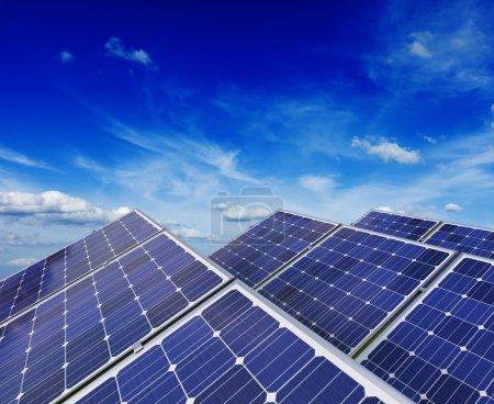 Foto de Tecnología de generación de energía solar, energía alternativa verde y protección del medio ambiente ecología negocio concepto fondo - paneles de baterías solares bajo cielo azul - Imagen libre de derechos