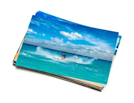 Photo pour Vacances plage aventure concept fond créatif - pile de photos de vacances avec l'homme équitation jet ski image sur le dessus isolé sur fond blanc - image libre de droit
