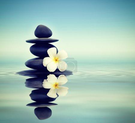 Photo pour Vintage effet rétro filtré hipster style Zen spa concept arrière-plan - pierres de massage zen avec frangipani plumeria fleur dans l'eau réflexion - image libre de droit
