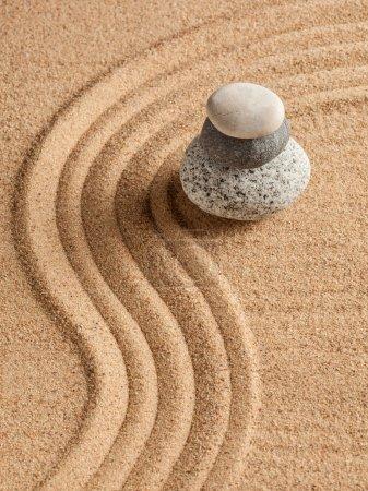 """Photo pour Jardin japonais en pierre zen - détente, méditation, concept de simplicité et d """"équilibre - galets et sable râpé tranquille scène calme - image libre de droit"""