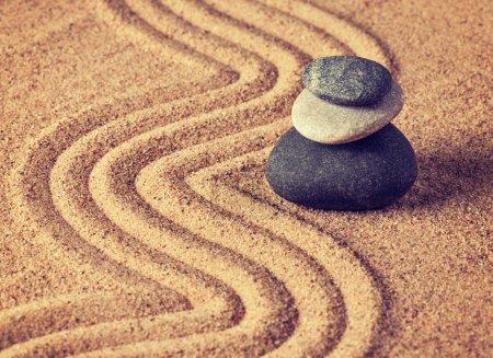 Photo pour Vintage effet rétro filtré image de style hipster du jardin japonais en pierre zen - détente, méditation, simplicité et concept d'équilibre - galets et sable râpé tranquille scène calme - image libre de droit