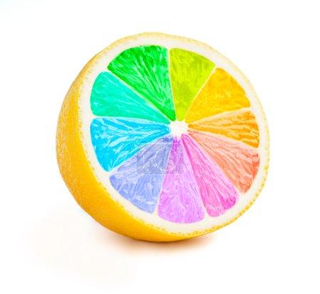 Photo pour Coupe de citron demi-tranche avec roue de couleur couleurs arc-en-ciel isolé sur fond blanc - image libre de droit