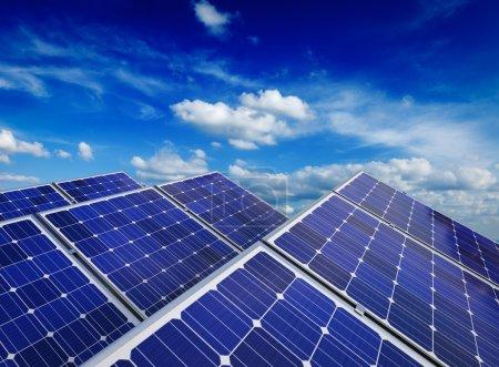 Foto de Tecnología de generación de energía solar, energía renovable alternativa y concepto de ecología de protección del medio ambiente: primer plano de los paneles de baterías solares contra el cielo azul con nubes - Imagen libre de derechos