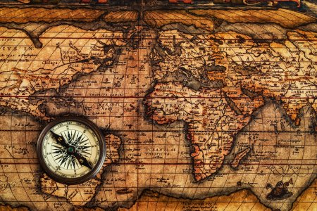 Старый винтажный компас на древней карте