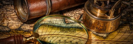 Photo pour Géographie Voyage concept de navigation arrière-plan - boîte aux lettres panorama de l'ancienne boussole rétro vintage avec cadran solaire, verre espion et loupe sur la carte du monde antique - image libre de droit