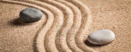Photo pour Jardin japonais en pierre zen - détente, méditation, simplicité et équilibre concept - boîte aux lettres panorama de galets et de sable râpé tranquille scène calme - image libre de droit