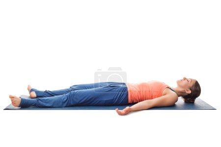 Photo pour Belle sportive ajustement femme yogini se détend dans le yoga asana Savasana - pose de cadavre isolé sur blanc - image libre de droit