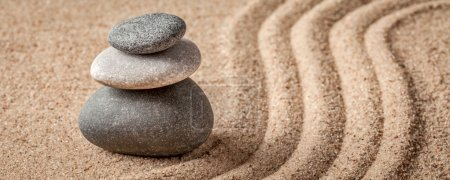 Photo pour Pierre jardin - japonais Zen, relaxation, méditation, simplicité et concept d'équilibre - panorama de la boîte aux lettres de cailloux et de sable ratissé tranquille calme scène - image libre de droit