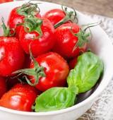 čerstvá rajčata v bílé misce