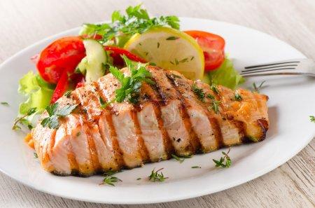Photo pour Saumon grillé avec une salade. Concentration sélective - image libre de droit