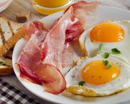 Photo pour Aliments frais sains et boissons pour le petit déjeuner. Concentration sélective - image libre de droit