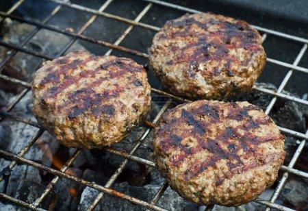 Burger-Pasteten auf dem Grill.