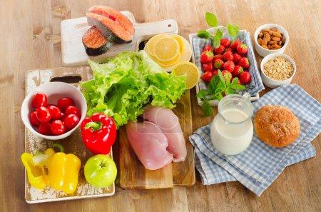 Photo pour Régime alimentaire équilibré, concept d'une alimentation saine sur planche de bois. Découvre d'en haut - image libre de droit
