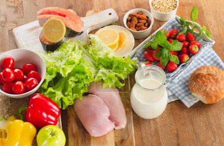 Photo pour Régime alimentaire équilibré, concept d'une alimentation saine sur la table en bois. Découvre d'en haut - image libre de droit