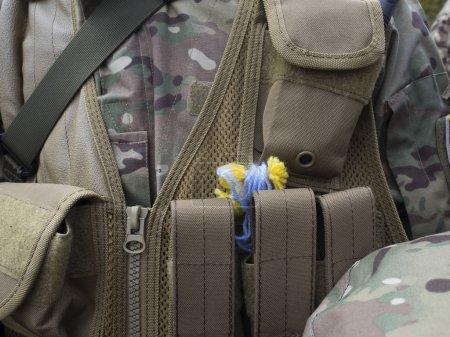 Photo pour Kiev, ukraine - 30 septembre : enfants soldats à égalité les charmes bleus jaunes sous la forme d'anges. de kiev à la guerre, zone est allé détachement précurseur du bataillon de titrisation « sich » le 30 septembre à Kiev - image libre de droit