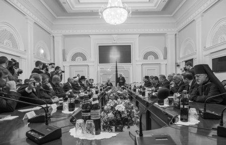 Photo pour Le Premier ministre ukrainien Arseni Iatseniouk et le Président de la Verkhovna Rada d'Ukraine Oleksandr Turtchynov ont rencontré des membres du Conseil des Églises et des organisations religieuses de toute l'Ukraine - image libre de droit