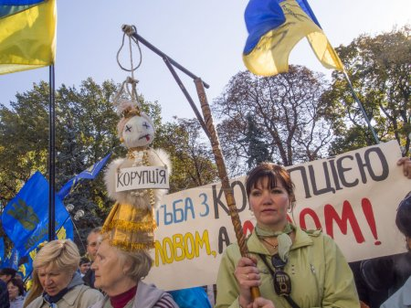 Photo pour KIEV , UKRAINE - October 14, 2014: The activists were hanged on the gallows doll as a symbol of corruption. -- At the Independence Square in downtown Kiev about 2 thousand activists demanded the recognition of soldiers of the Ukrainian Insurgent Army - image libre de droit