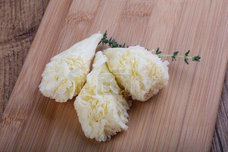 Photo pour Délicieux fromage Tete de Moin avec branche de thym - image libre de droit