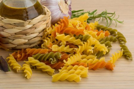 Photo pour Fusilli cru avec du romarin et tomate - image libre de droit