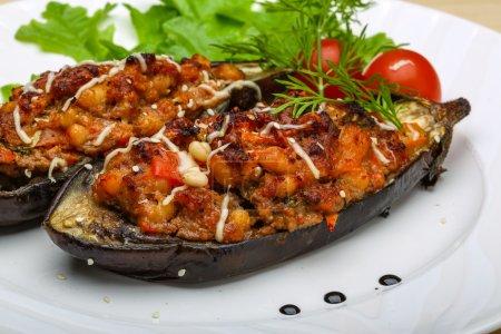 Photo pour Viande hachée farcie d'aubergines avec tomate, fromage et herbes - image libre de droit