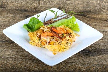 Photo pour Délicieux pad thaï aux crevettes, herbes et épices - image libre de droit