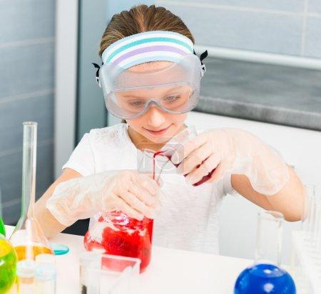 Foto de Linda niña con frascos para la química - Imagen libre de derechos