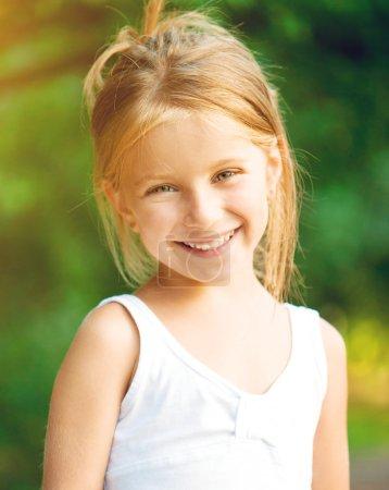 Photo pour Portrait d'une belle fille liitle gros plan - image libre de droit