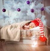 Aranyos újszülött baba alszik