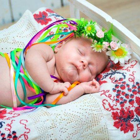 Photo pour Jeune fille dormant dans le costume national ukrainien - image libre de droit