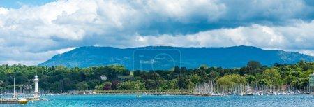 Photo pour Ligne d'yachts ancrés à côté de lac de Genève au crépuscule. - image libre de droit