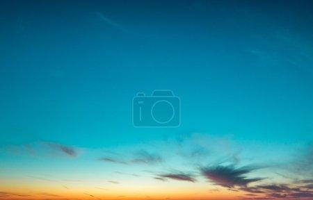 Photo pour Coucher de soleil. Le soleil brille à travers les nuages bas - image libre de droit