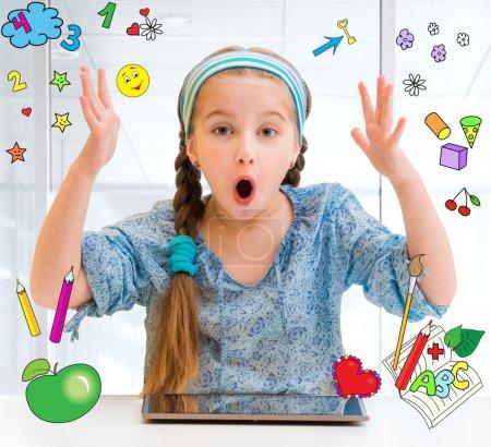 Photo pour Petite fille et sa tablette magique - image libre de droit