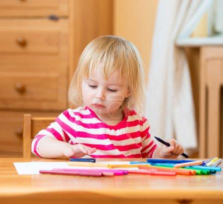 Photo pour Jolie fille de trois ans dessine feutre stylos pointe à la maison - image libre de droit