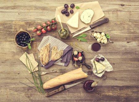 Photo pour Collations Français sur un fond en bois. Différents types de fromage, de vin et d'autres ingrédients sur une table en bois - image libre de droit