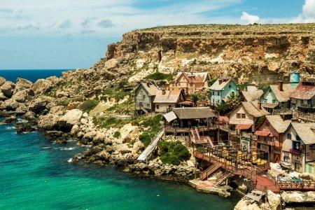 Photo pour Vue sur le village de Popeye, Malte - image libre de droit