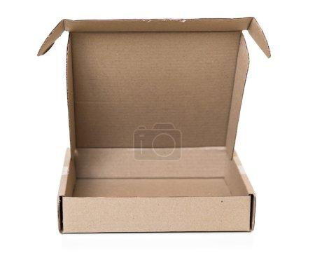 Photo pour Boîte en carton sur fond blanc isolé - image libre de droit