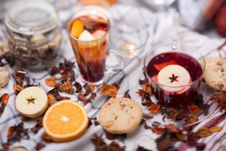 Photo pour Coupe de vin chaud chaud chaud et une délicieuse tasse de grog parmi les nombreux détails délicieux sur nappe à carreaux blancs - image libre de droit