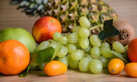 Photo pour Ensemble de fruits frais différents - image libre de droit