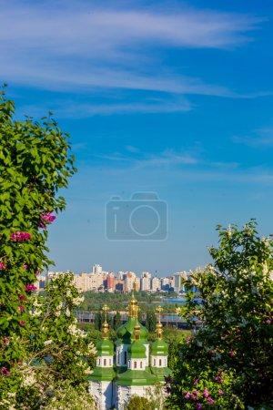 Photo pour Panorama de la ville de kiev. Ukraine. vue du monastère vydubitsky, rive gauche du Dniepr et la partie moderne de la ville. Kiev. - image libre de droit
