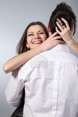 Photo pour Heureux jeune couple étreindre. premier amour sur fond foncé - image libre de droit