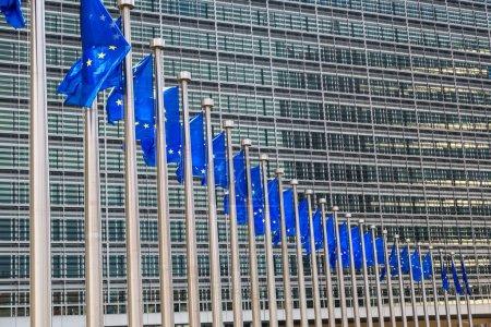 Photo pour Pavillons européens devant le siège de la commission européenne à Bruxelles dans la journée d'été - image libre de droit