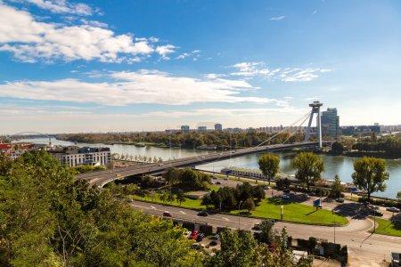 Foto de Vista panorámica de Bratislava y el río Danubio en un día de verano, Eslovaquia - Imagen libre de derechos